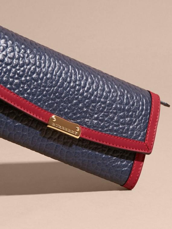 Blu carbonio/rosso parata Portafoglio continental in pelle a grana Burberry con bordo a contrasto - cell image 2