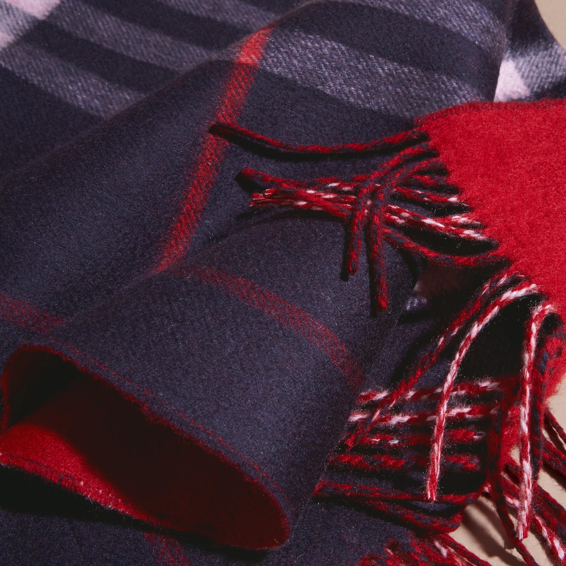 Azul marinho Cachecol dupla face de cashmere com estampa xadrez e cor lisa Azul Marinho - galeria de imagens 5