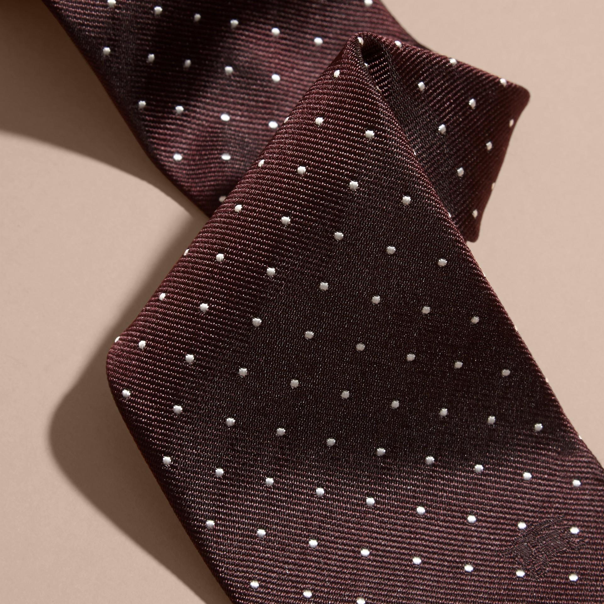 Vermelho claret Gravata de sarja de seda com estampa de poás e corte moderno - galeria de imagens 2