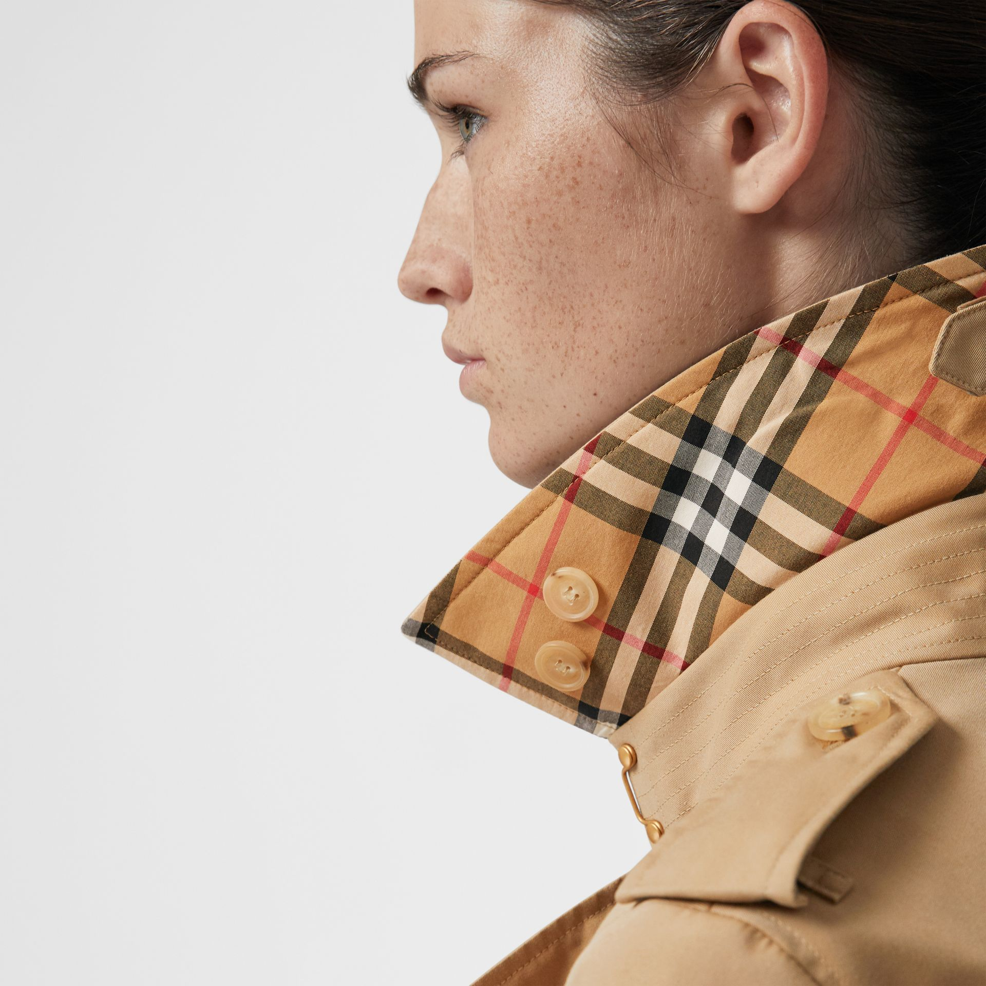 The Long Chelsea Heritage Trench Coat in Honey - Women | Burberry United Kingdom - gallery image 5