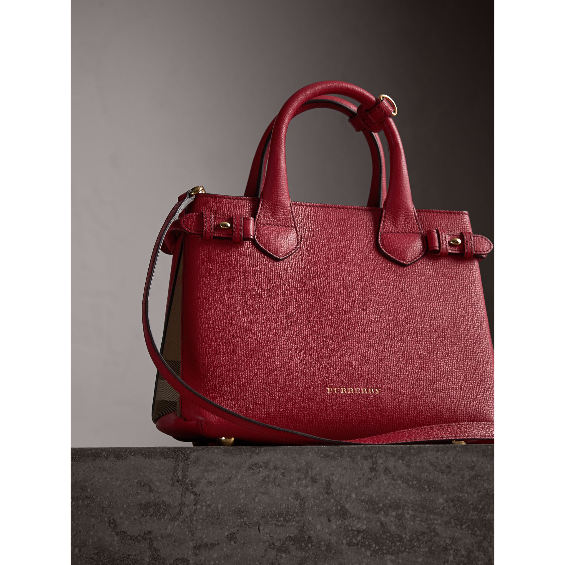 Petit sac The Banner en cuir et coton House check (Rouge Feuille Morte) - Femme | Burberry - photo de la galerie 7