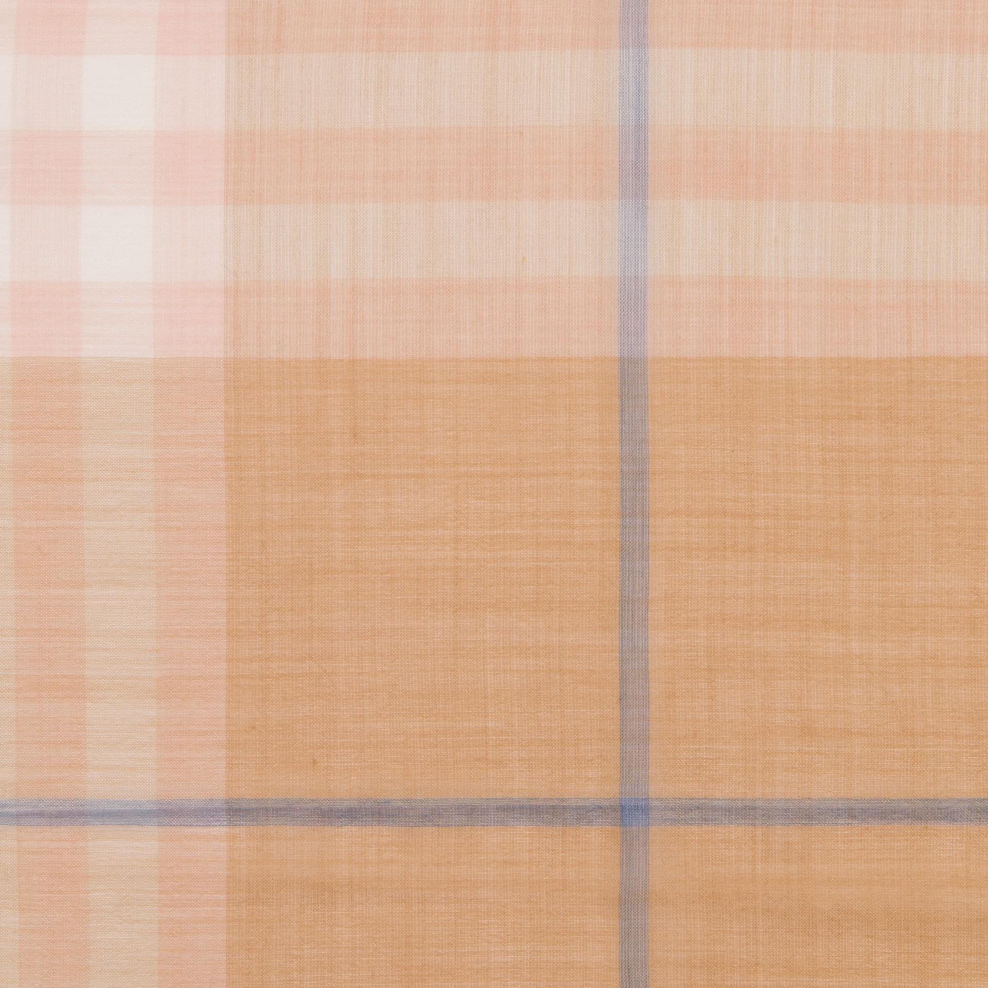 라이트 체크 울 실크 스카프 (폰) - 남성 | Burberry - 갤러리 이미지 1