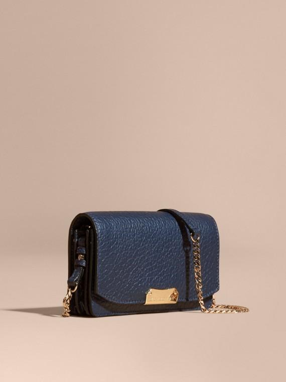 Petit clutch en cuir grainé emblématique avec chaîne Bleu Carbone