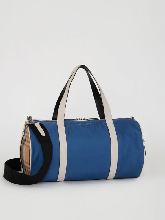 Mittelgroße Barrel Bag im Vintage Check- und Colour-Blocking-Design (Dunkles Canvasblau)