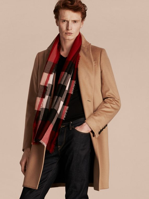 The Lightweight Check Cashmere Scarf in Parade Red | Burberry United Kingdom - cell image 3
