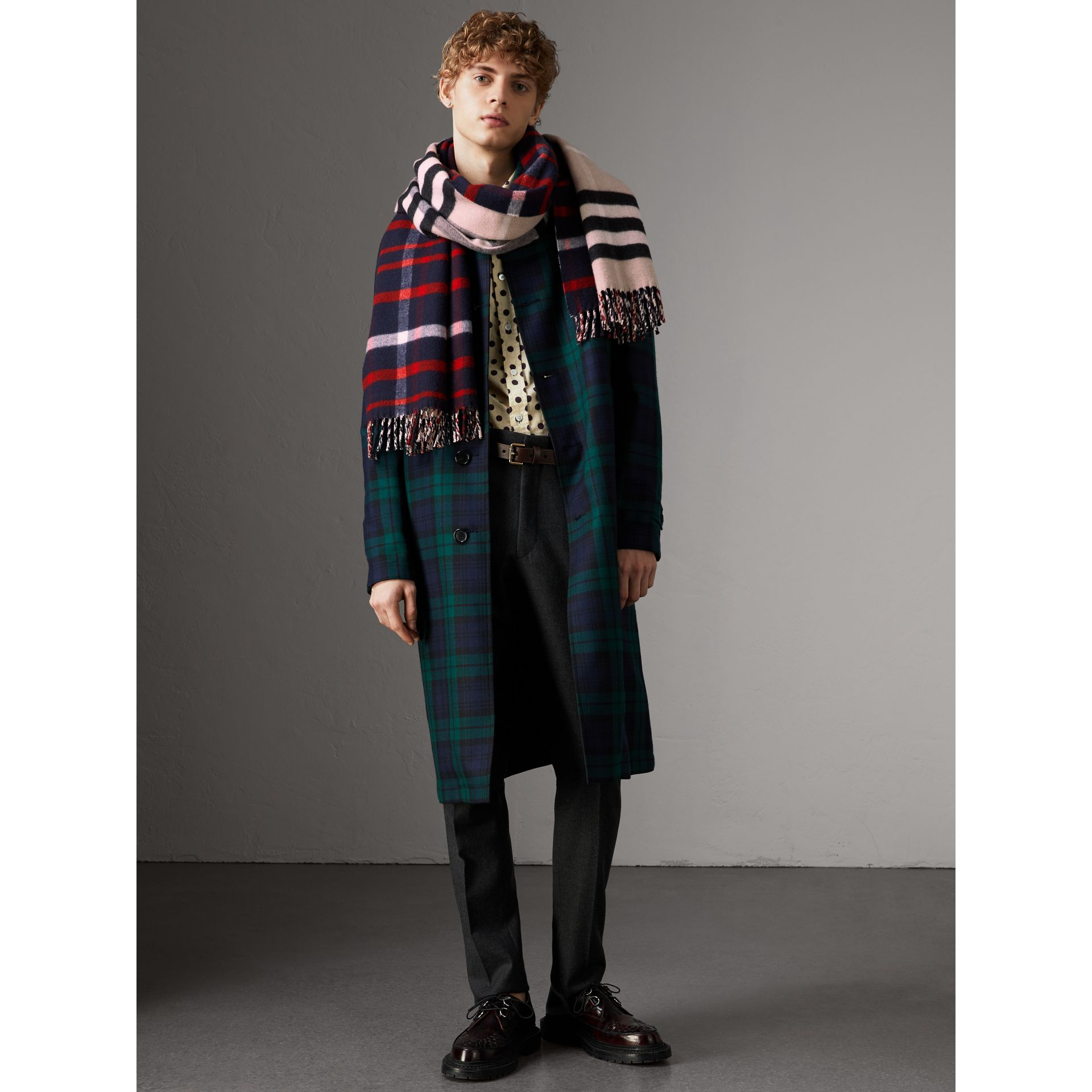 Check Wool Cashmere Oversize Scarf in Navy | Burberry - gallery image 3