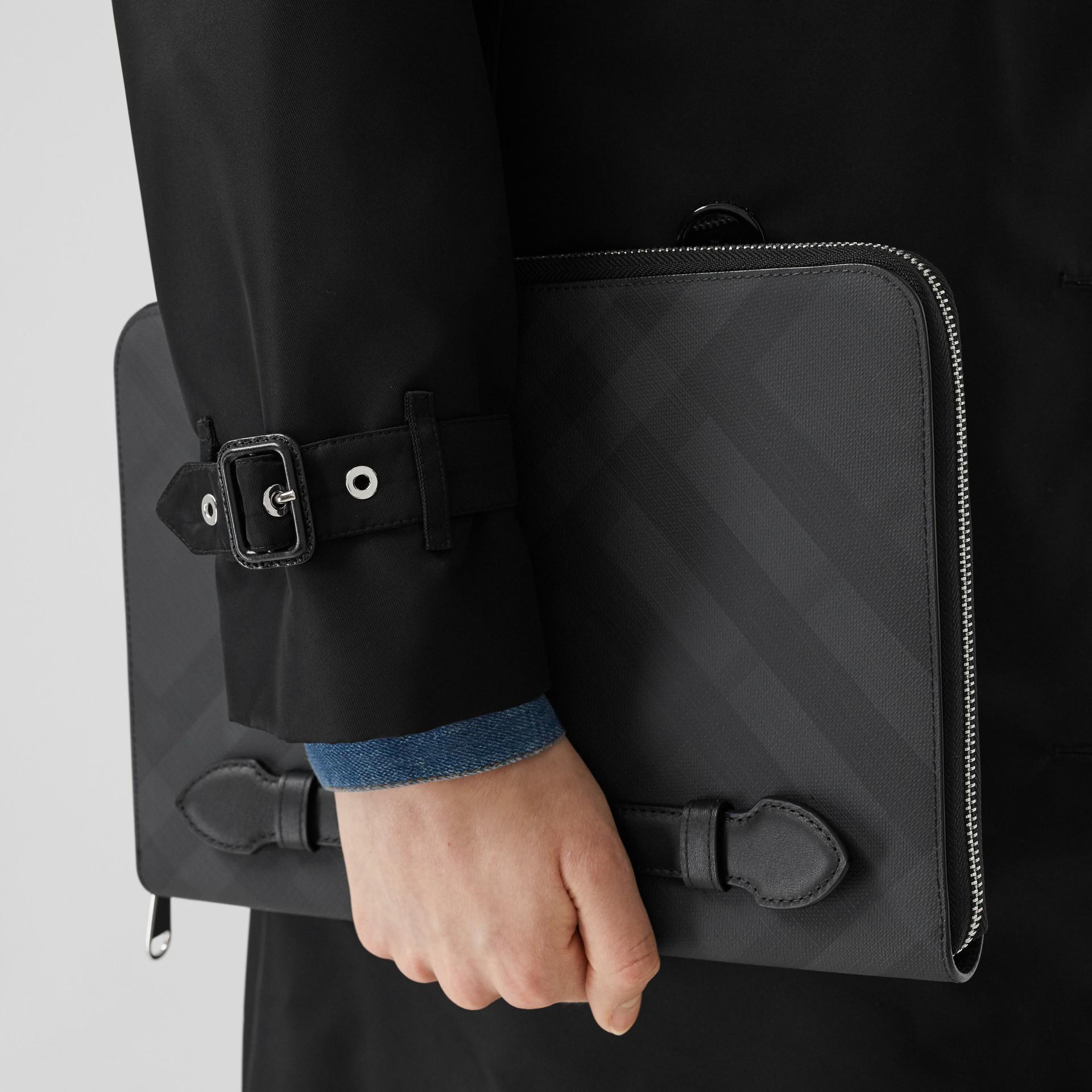 Pochette zippée en tissu London check et cuir (Anthracite Sombre) - Homme | Burberry - photo de la galerie 2