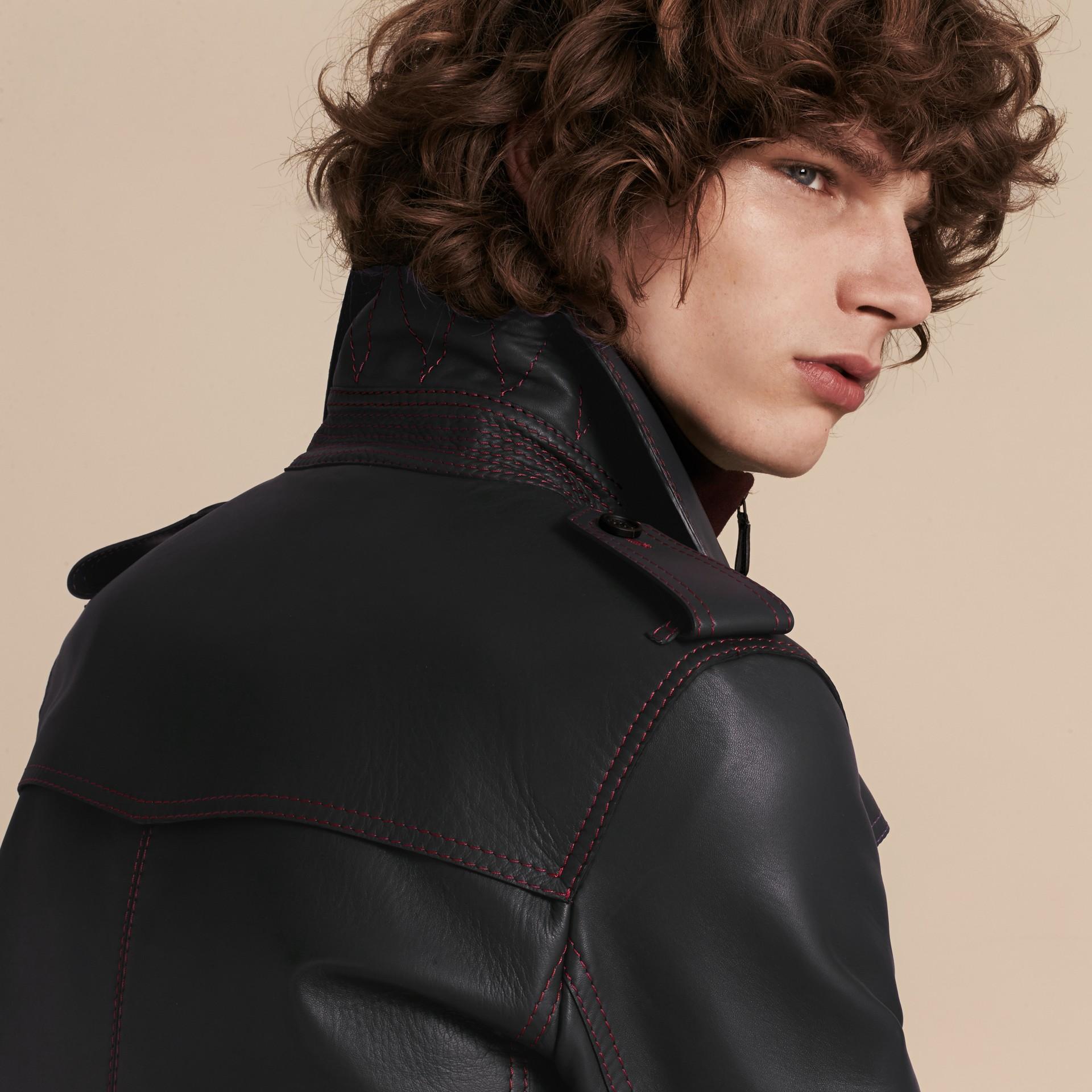 Navy scuro Trench coat in pelle di agnello con impunture militari - immagine della galleria 6