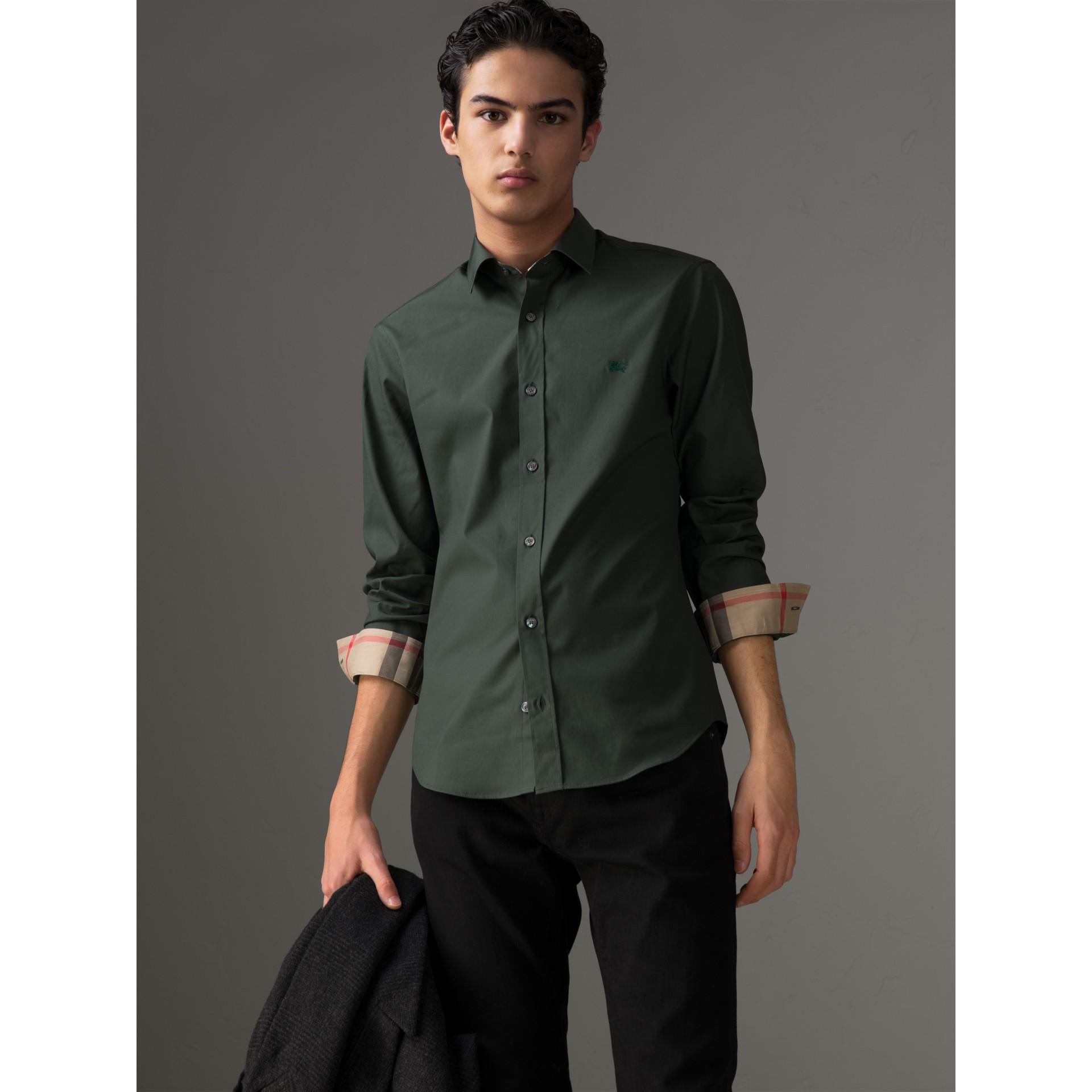Camisa en popelina de algodón elástico con detalles a cuadros (Verde Bosque Oscuro) - Hombre | Burberry - imagen de la galería 1