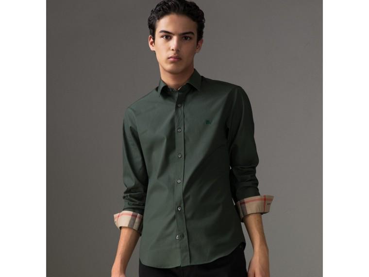 Camisa en popelina de algodón elástico con detalles a cuadros (Verde Bosque Oscuro) - Hombre | Burberry - cell image 1