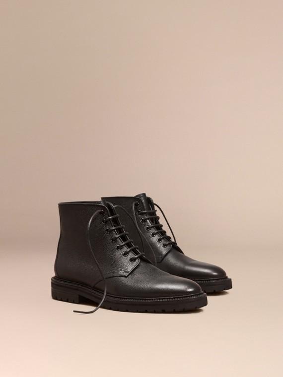 Botas de couro granulado com cadarço Preto