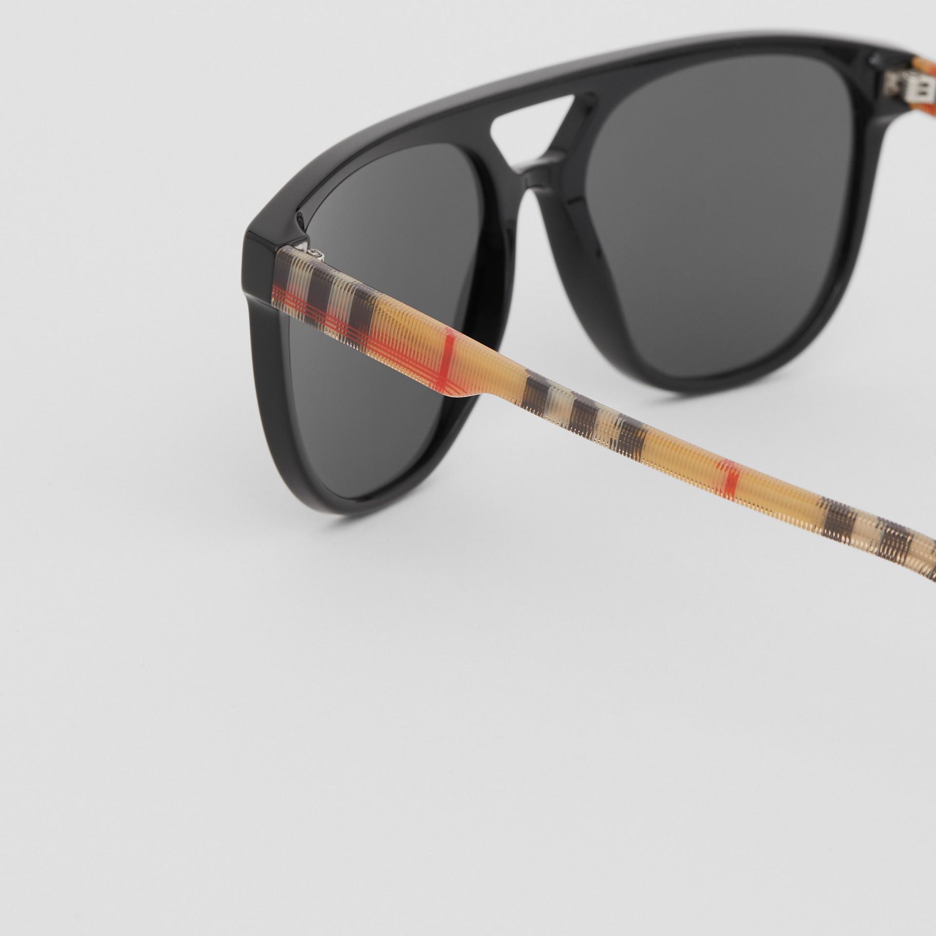 領航員太陽眼鏡 (黑色) - 男款 | Burberry - 圖庫照片 1