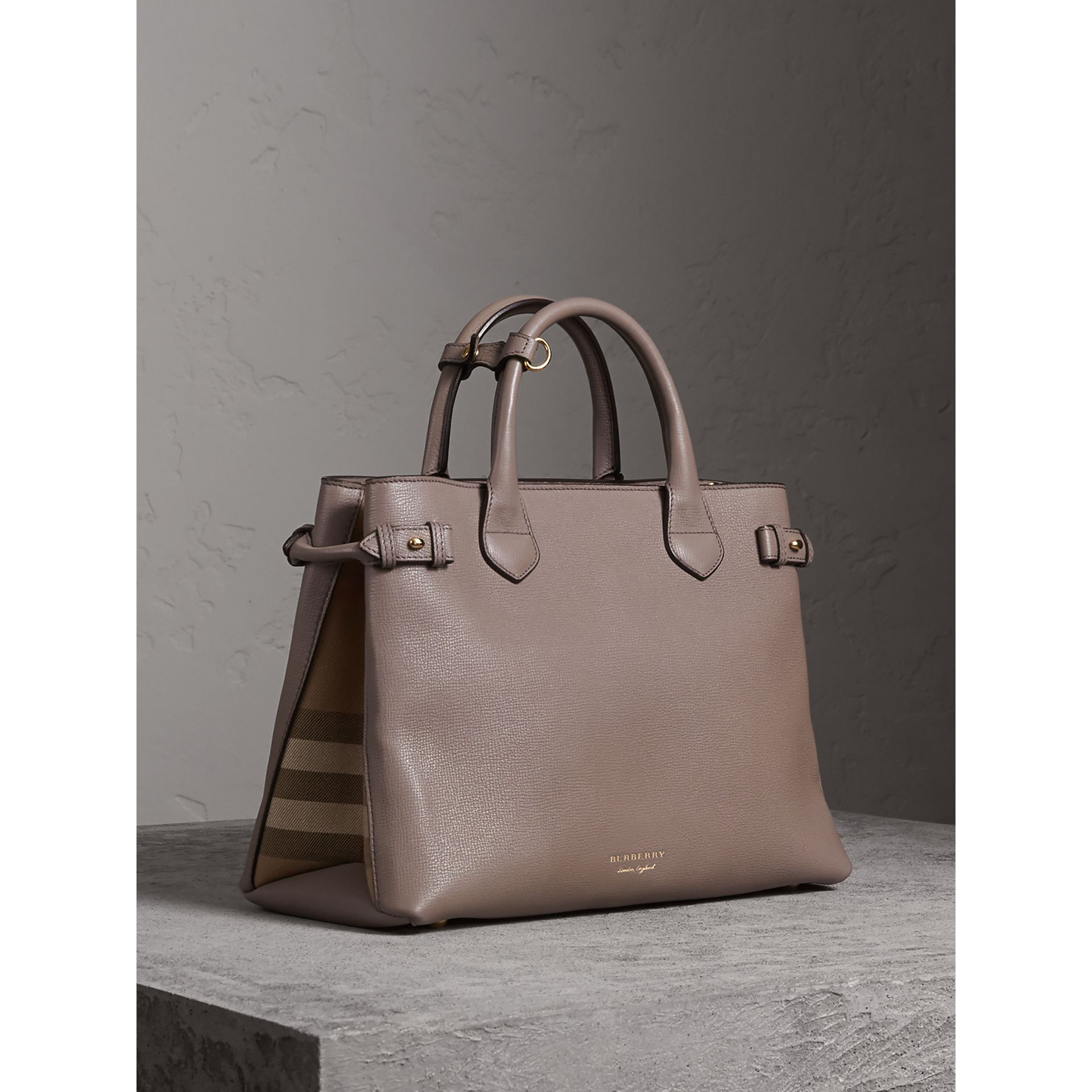 Sac The Banner medium en cuir et coton House check (Gris Chardon) - Femme | Burberry - photo de la galerie 1