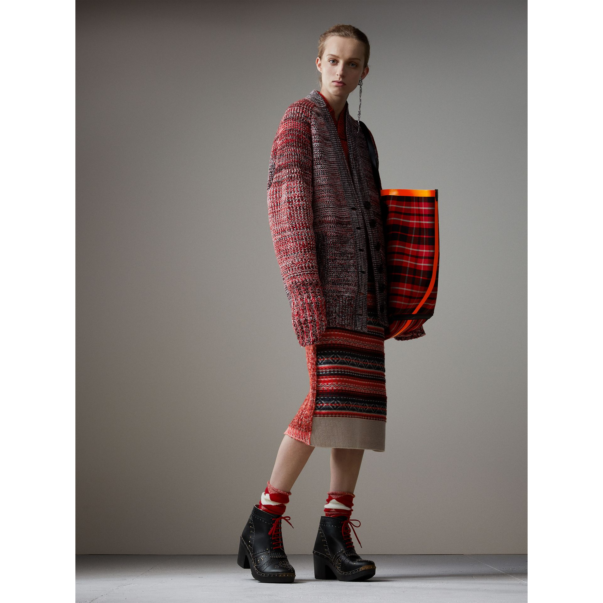 The Giant Reversible Tote in Tartan Cotton in Flax Yellow/red | Burberry - gallery image 2