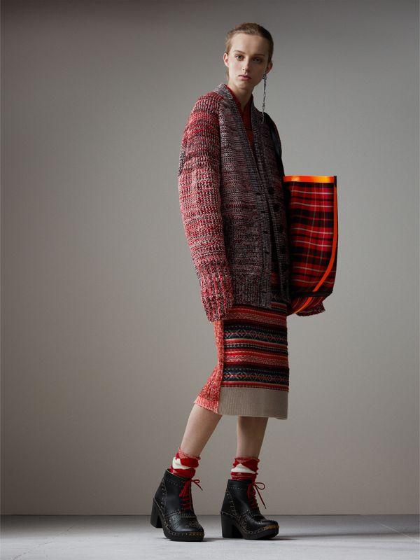 The Giant Reversible Tote in Tartan Cotton in Flax Yellow/red | Burberry - cell image 2