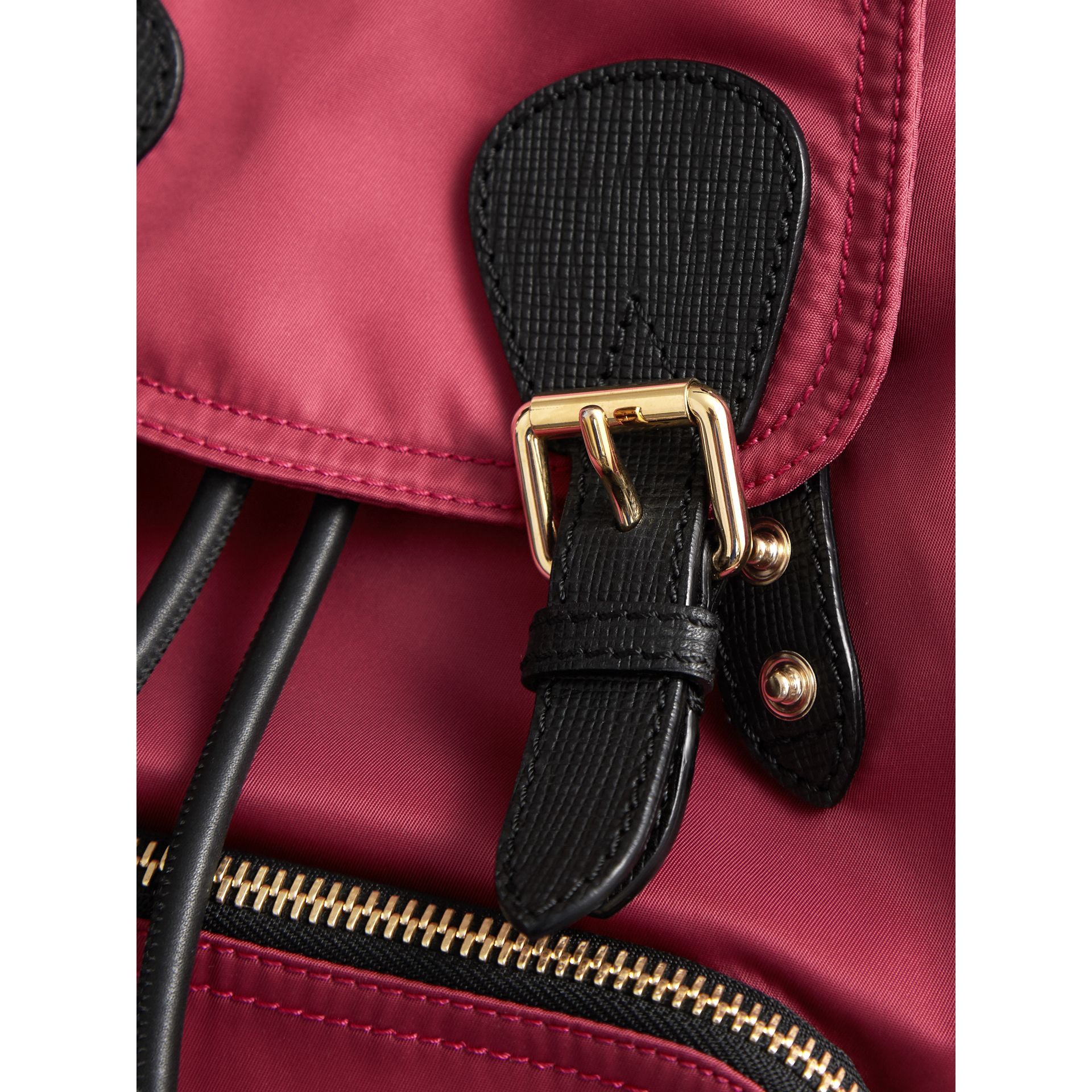 Sac The Rucksack moyen en nylon technique et cuir (Rose Prune) - Femme | Burberry Canada - photo de la galerie 1