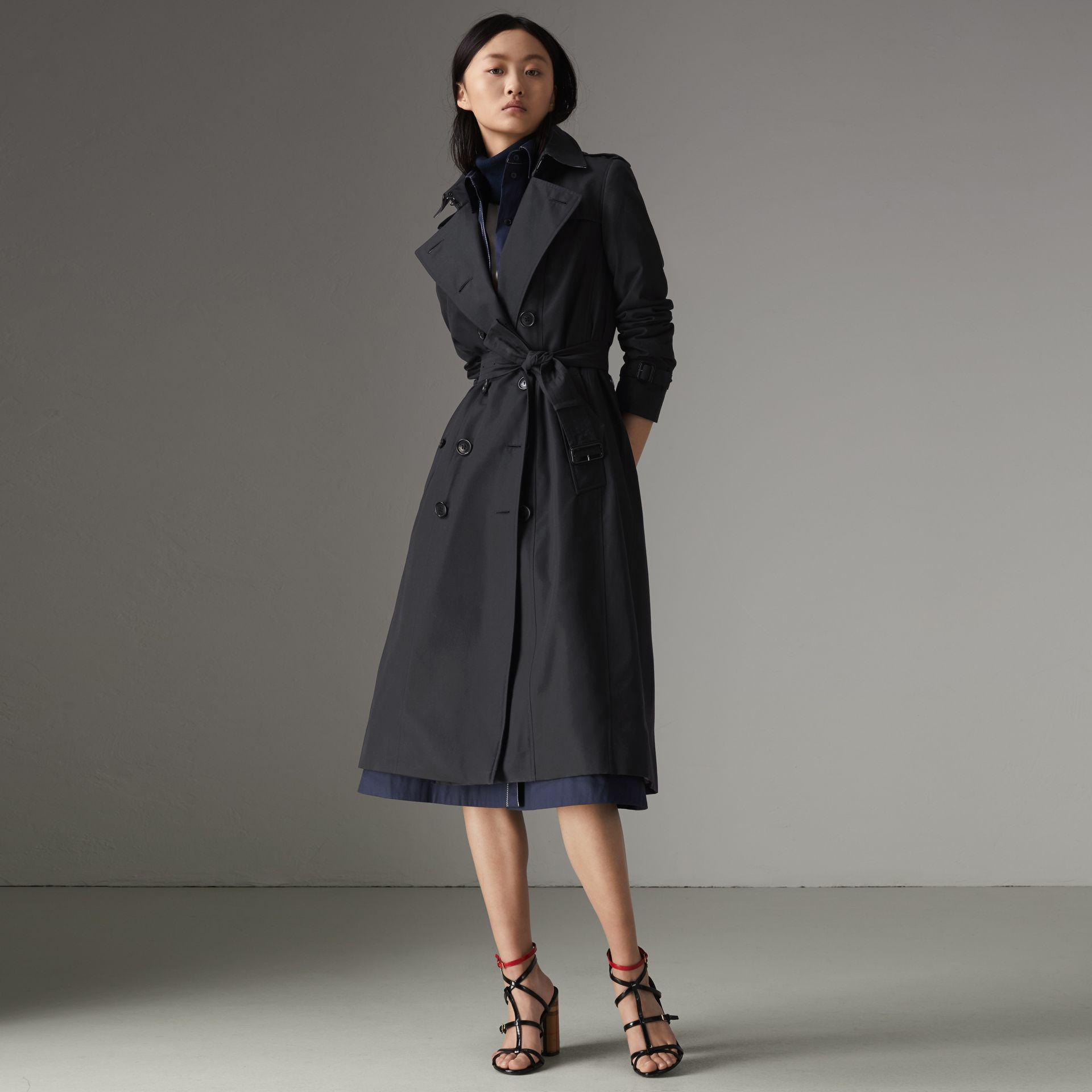 The Long Chelsea Heritage Trench Coat in Midnight - Women | Burberry United Kingdom - gallery image 0