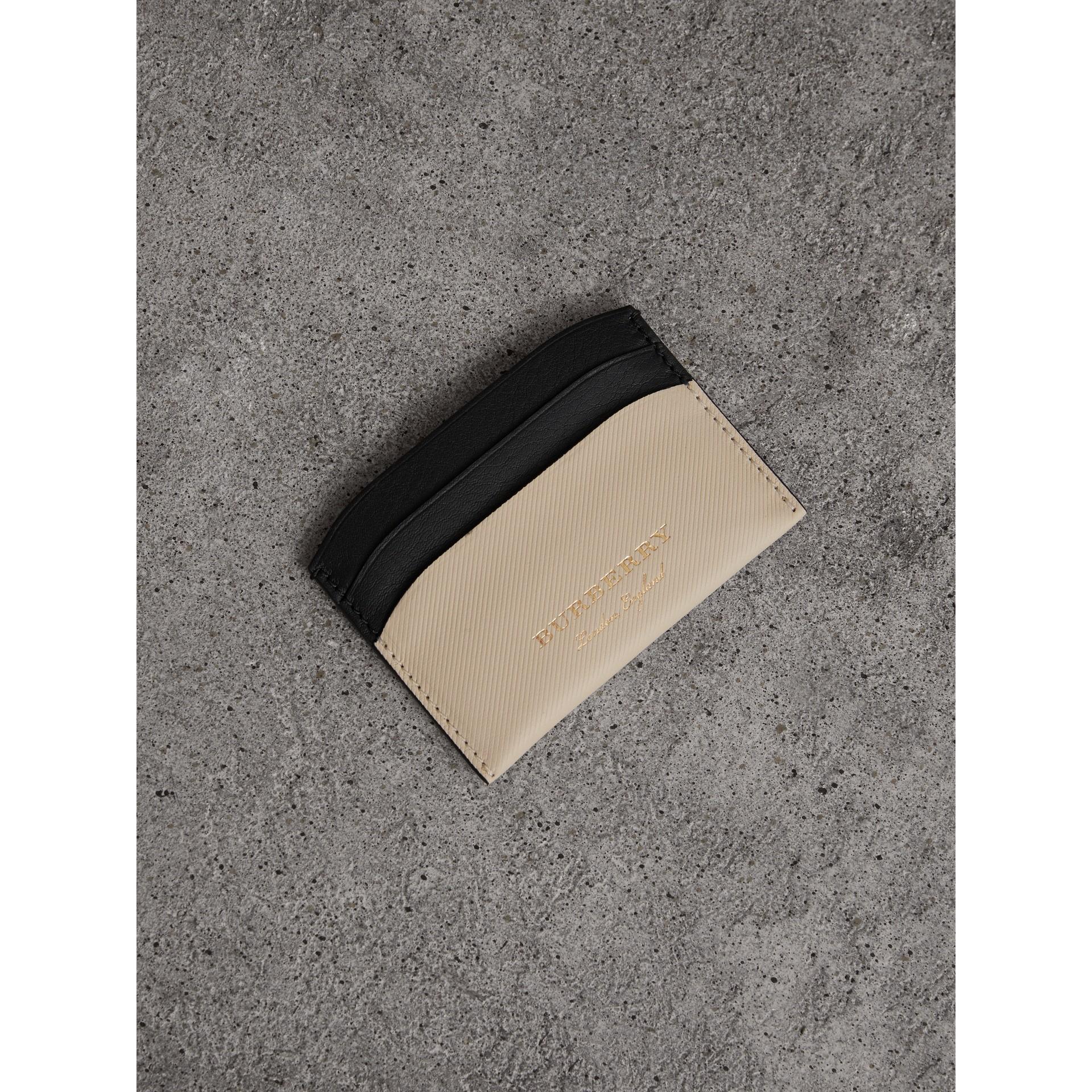 Porta-cartões de couro Trench em dois tons (Calcário/ Preto) | Burberry - galeria de imagens 0