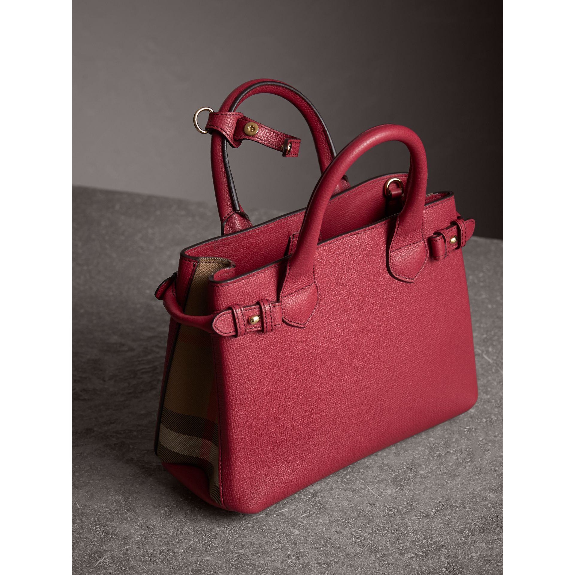 Petit sac The Banner en cuir et coton House check (Rouge Feuille Morte) - Femme | Burberry - photo de la galerie 5