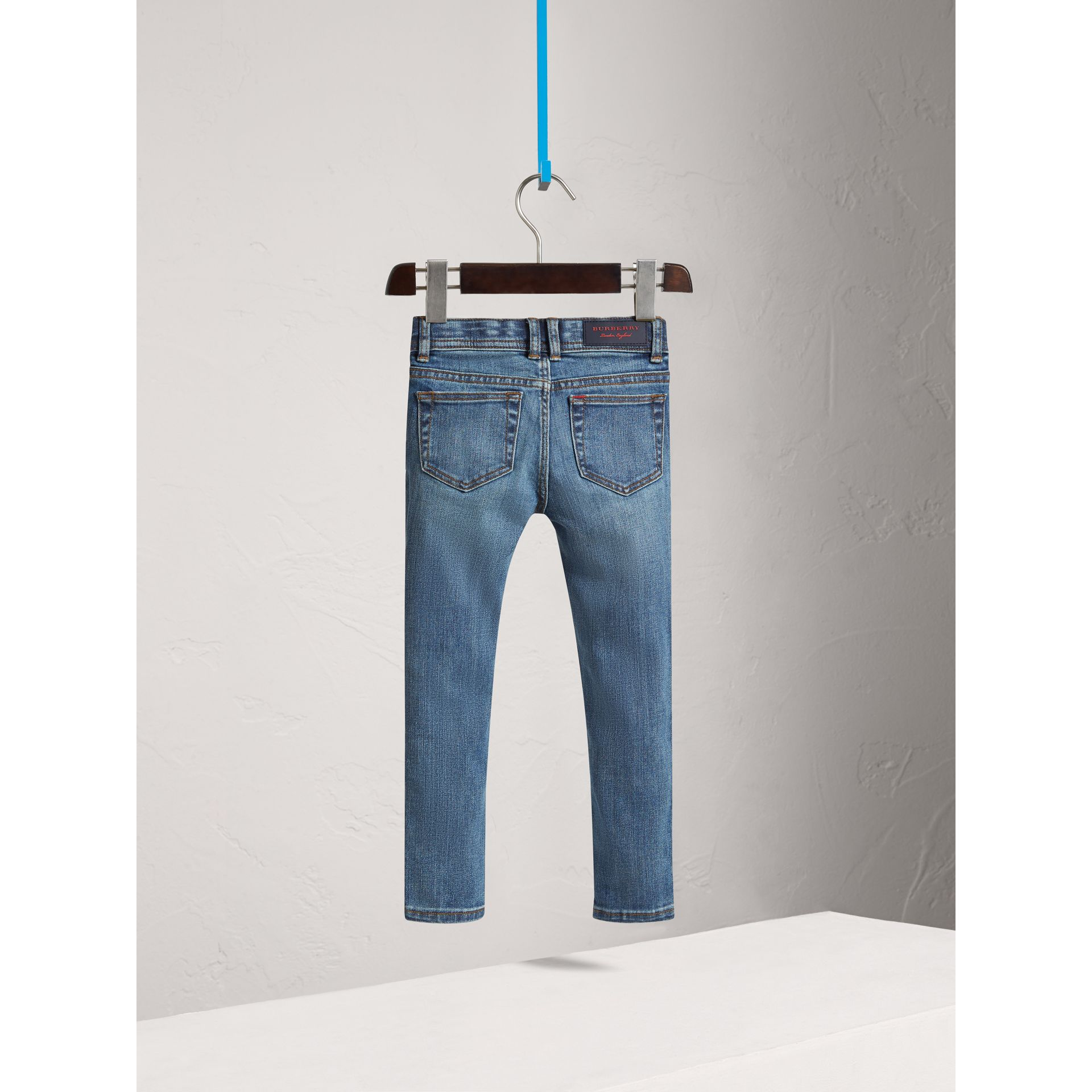 Jeans attillati in denim stretch (Indaco Medio) - Bambina | Burberry - immagine della galleria 3