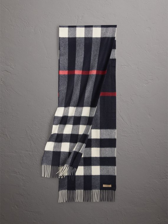 The Large Classic Cashmere Scarf in Check in Navy