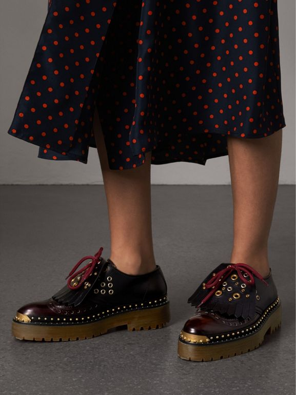Sapatos brogue de couro com rebites e franjas em tom contrastante (Preto) - Mulheres | Burberry - cell image 1