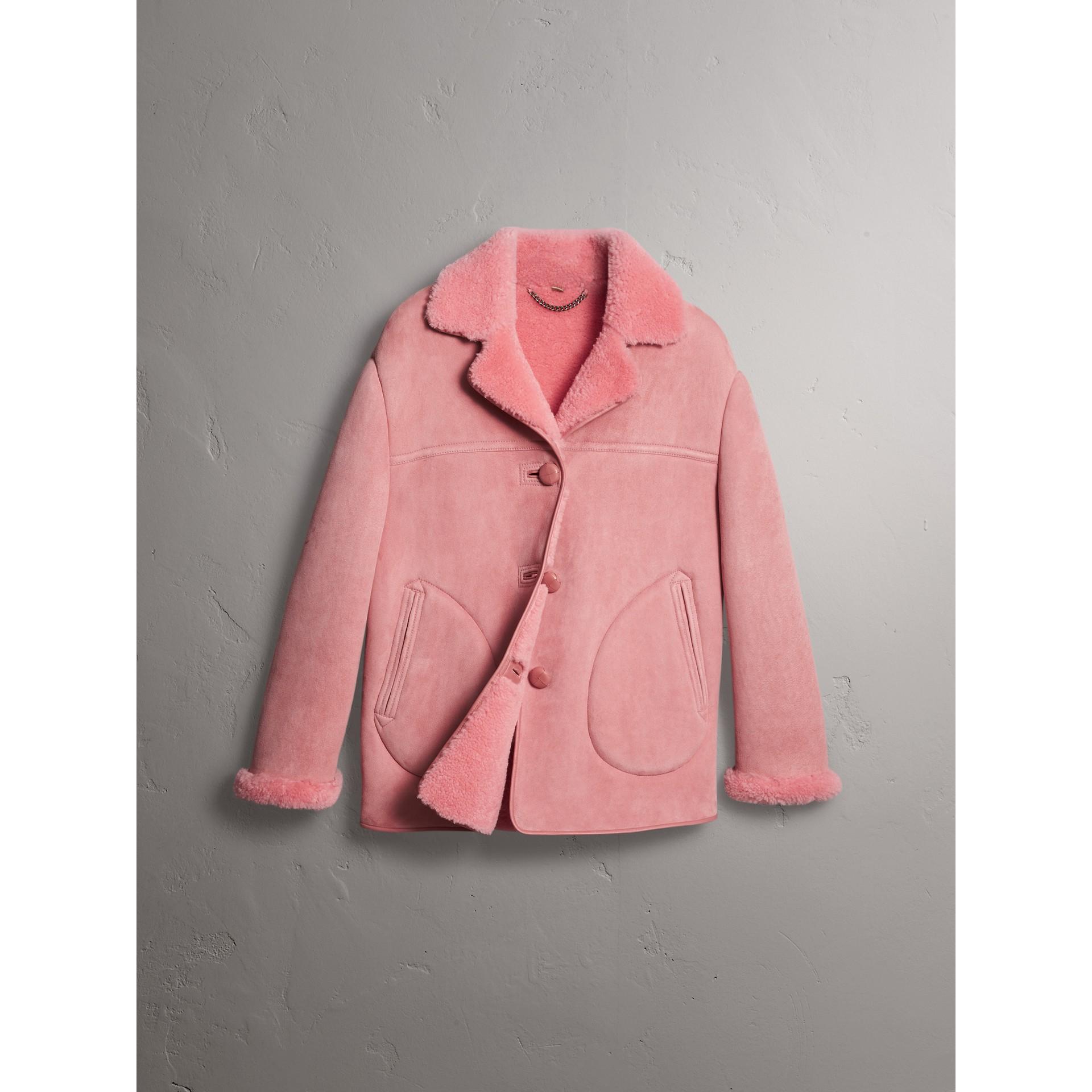 Jaqueta oversize de shearling com detalhe em couro (Rosa Acobreado) - Mulheres | Burberry - galeria de imagens 3