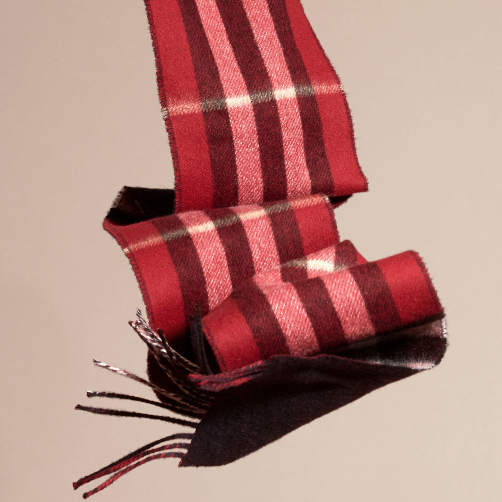 Parade red/navy The Slim Reversible Cashmere Scarf in Check Parade Red/navy - gallery image 4