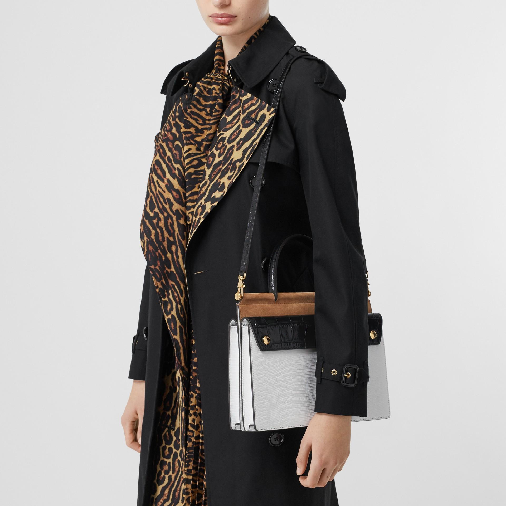 小型口袋細節 Title 鹿皮包 (白色/楓木色) - 女款 | Burberry - 圖庫照片 2