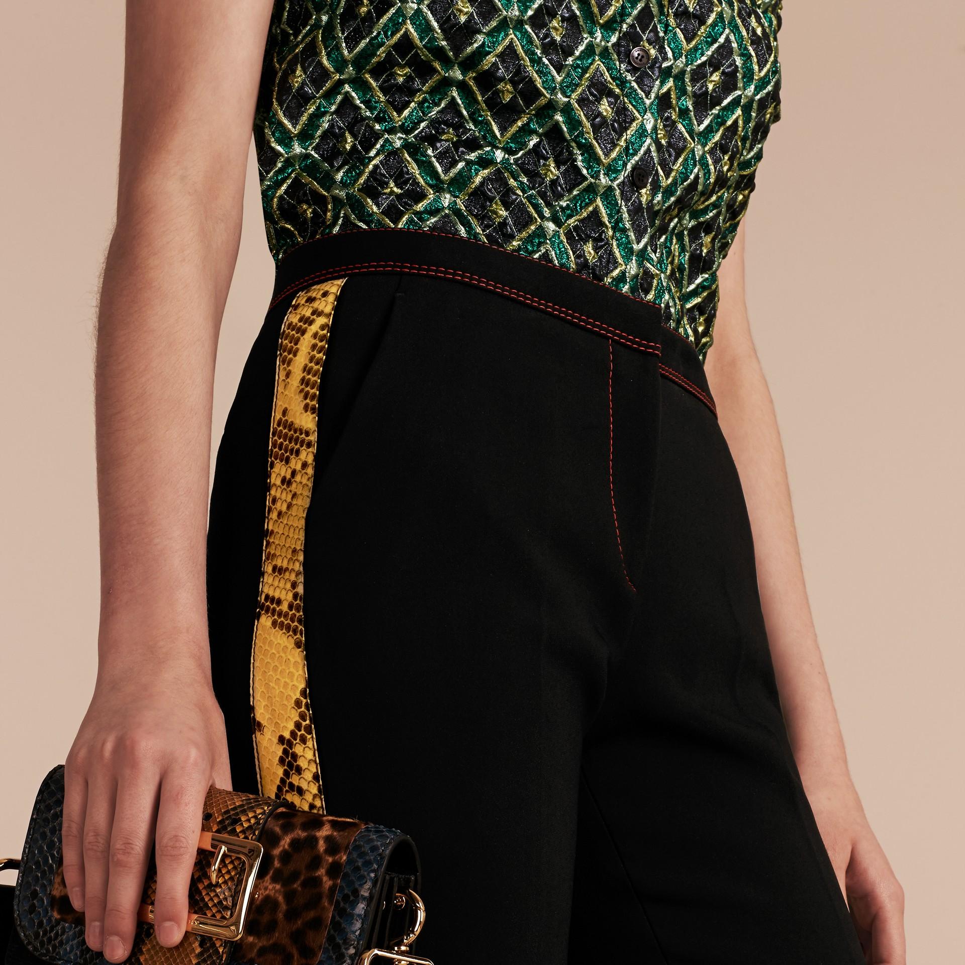 Schwarz Schmal geschnittene Hose mit kürzerer Beinlänge und Pythonmuster - Galerie-Bild 5