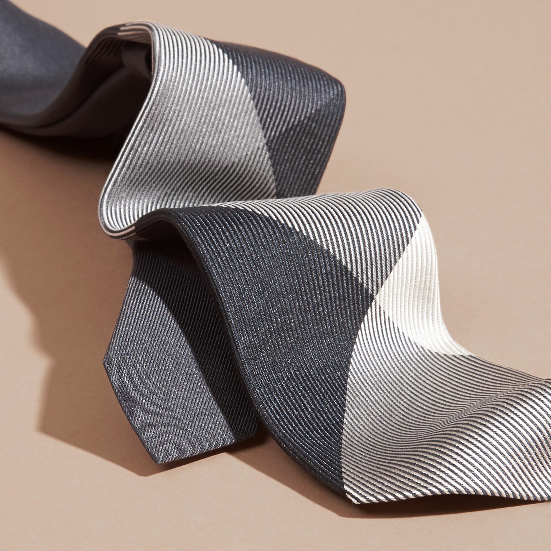 Gris moyen Cravate moderne en soie et jacquard à motif check Gris Moyen - photo de la galerie 2