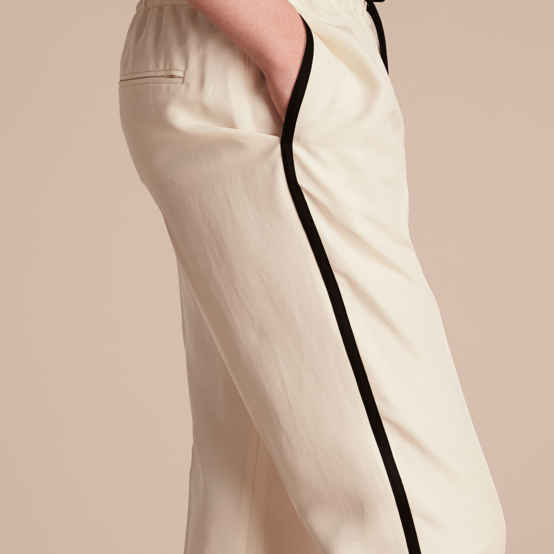 Parchemin Pantalon de survêtement ajusté en soie - photo de la galerie 5