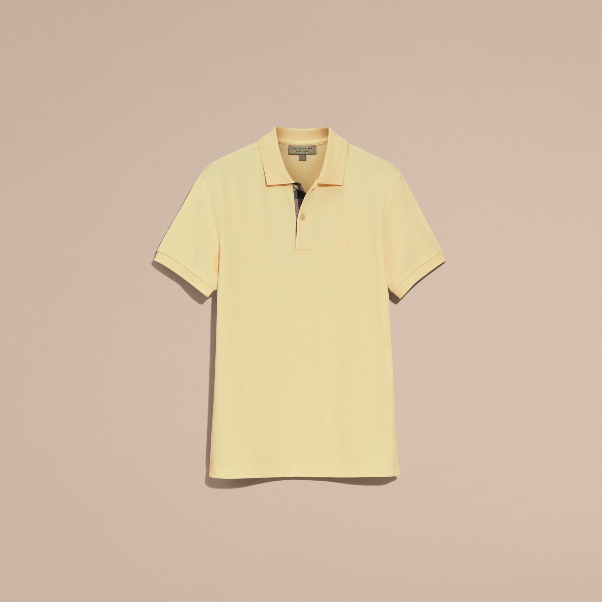 Camisa polo de algodão piquê com tira de botões xadrez (Amarelo Baunilha) - Homens | Burberry - galeria de imagens 4