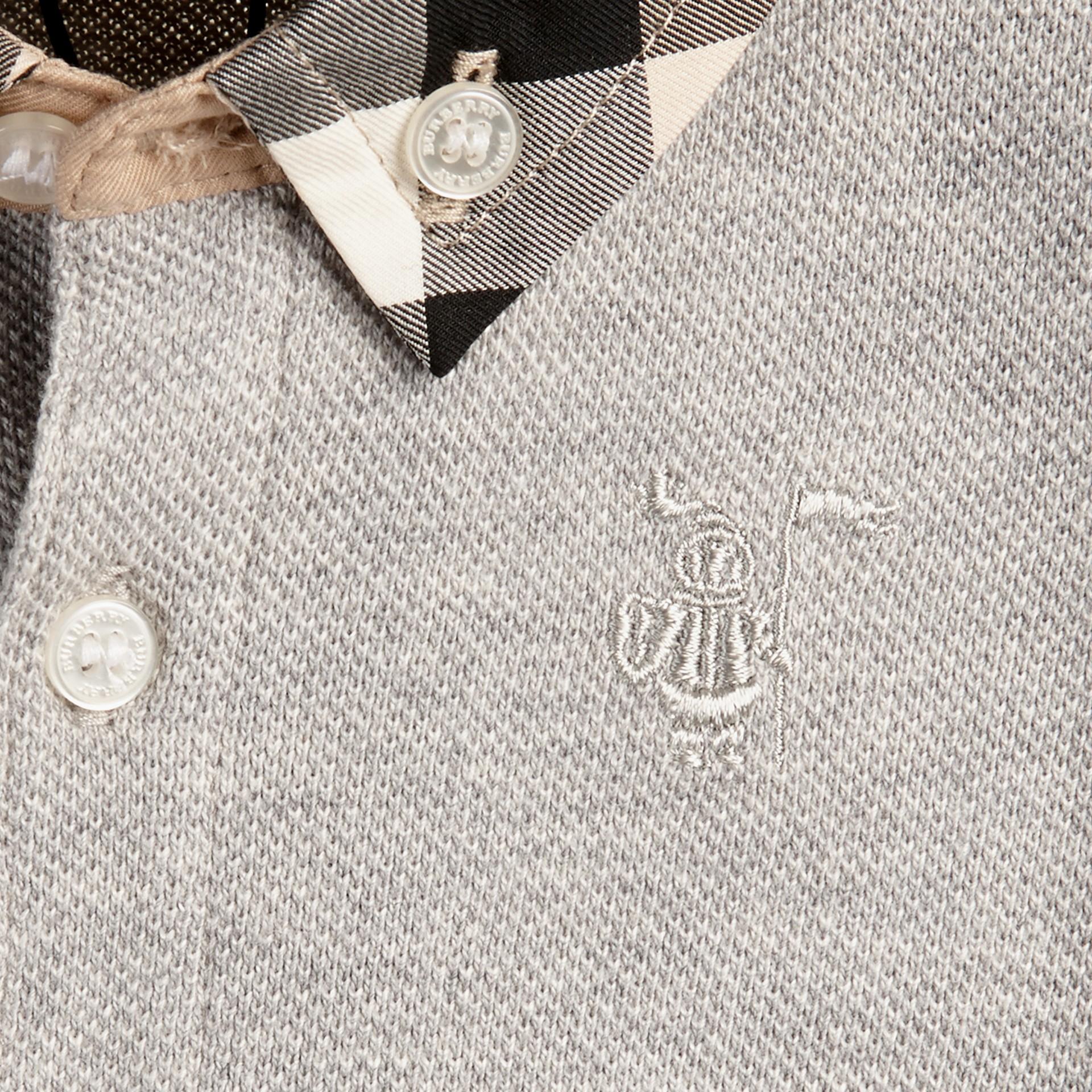 Camaïeu de gris pâles Polo avec col à motif check - photo de la galerie 2