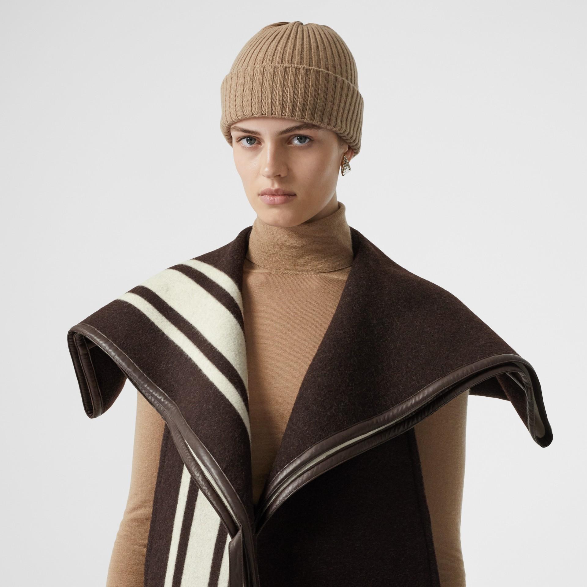 羔羊皮飾帶條紋細節設計羊毛提花披肩 (棕色) - 女款 | Burberry - 圖庫照片 1