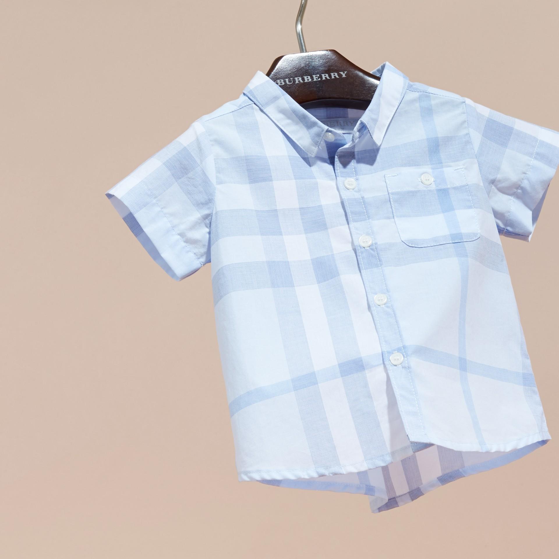 Bleu glacé Chemise en coton à manches courtes avec motif check - photo de la galerie 3