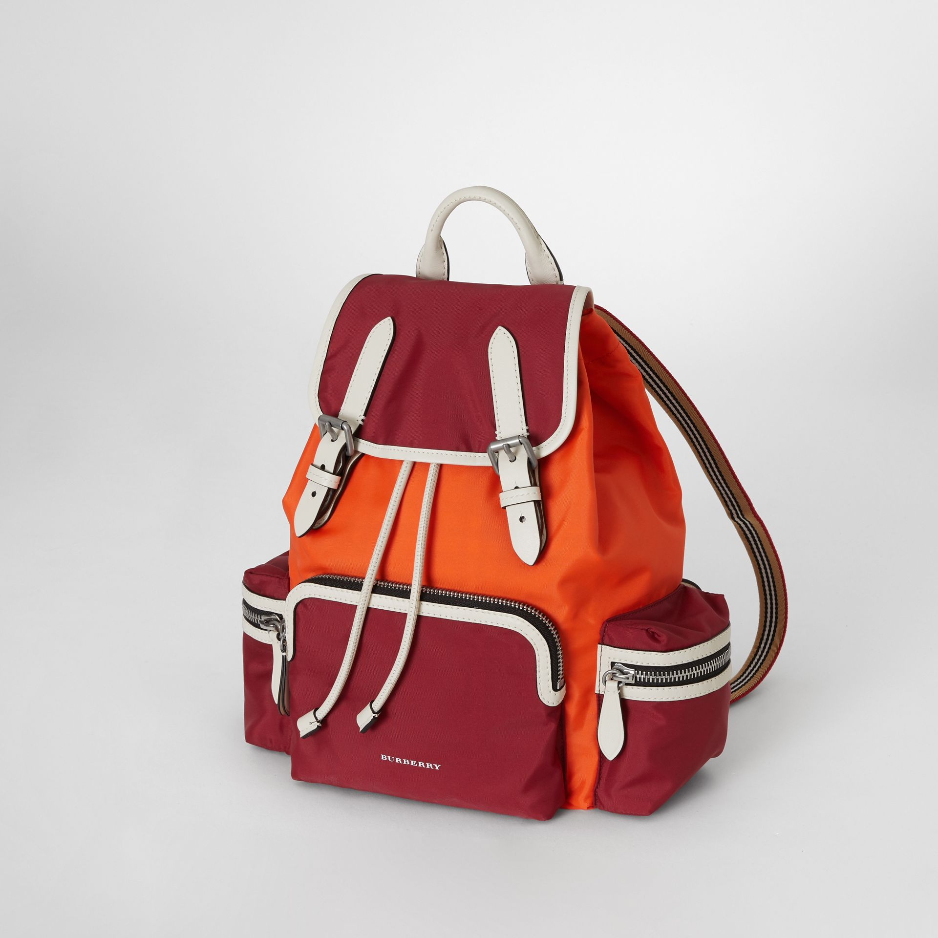 Sac The Rucksack moyen en nylon color-block (Rouge Parade) - Femme | Burberry Canada - photo de la galerie 4