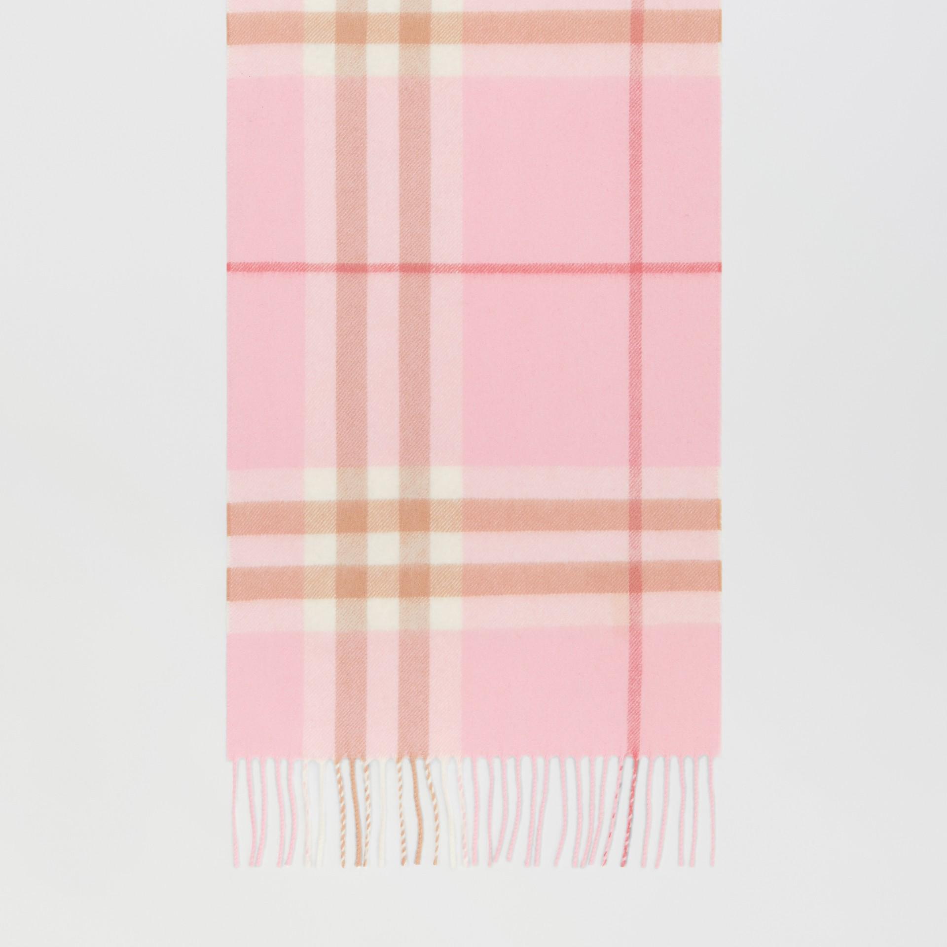 經典格紋喀什米爾圍巾 (糖果粉紅) | Burberry - 圖庫照片 4