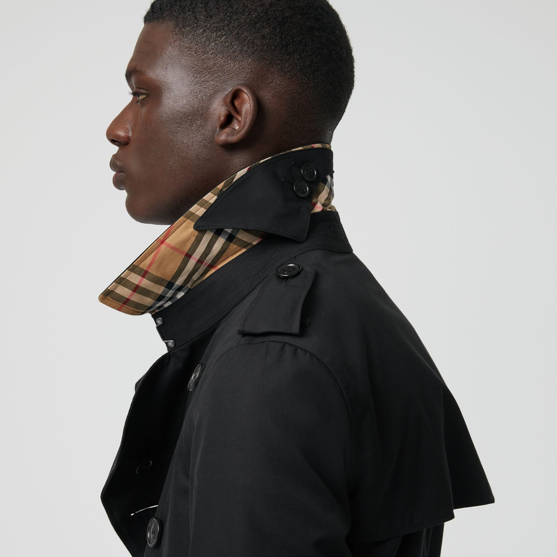 The Long Chelsea Heritage Trench Coat in Black - Men | Burberry - gallery image 4
