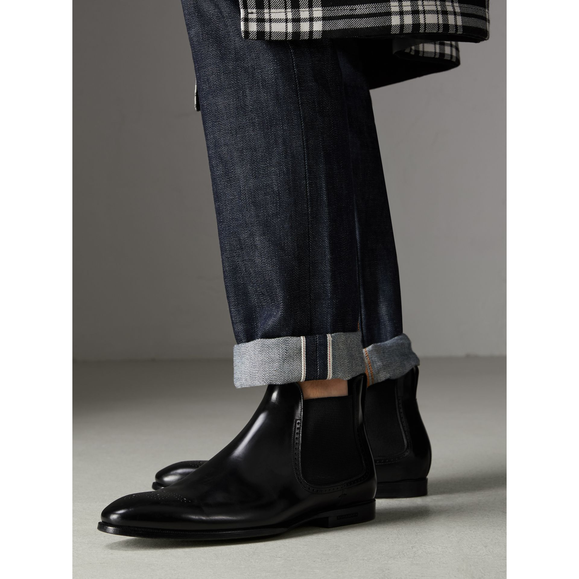 Bottines Chelsea en cuir ornées de perforations (Noir) - Homme | Burberry Canada - photo de la galerie 2