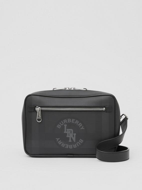 Crossbody-Tasche aus London Check-Gewebe mit Logo-Grafik (Dunkles Anthrazitfarben)