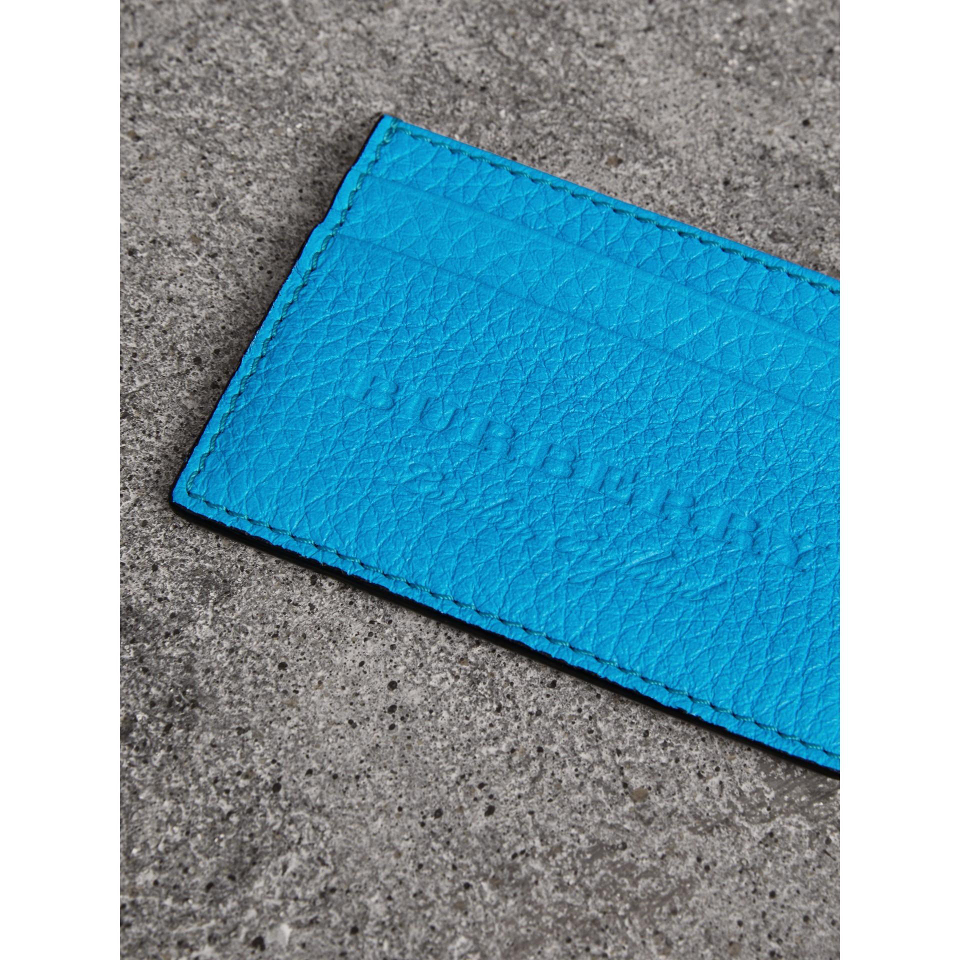 Porta-cartões de couro texturizado com detalhe em relevo (Azul Neon) | Burberry - galeria de imagens 1