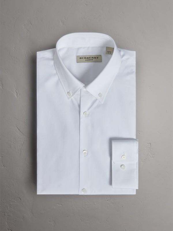 Camisa de popeline de algodão com colarinho abotoado e corte moderno (Branco) - Homens | Burberry - cell image 3