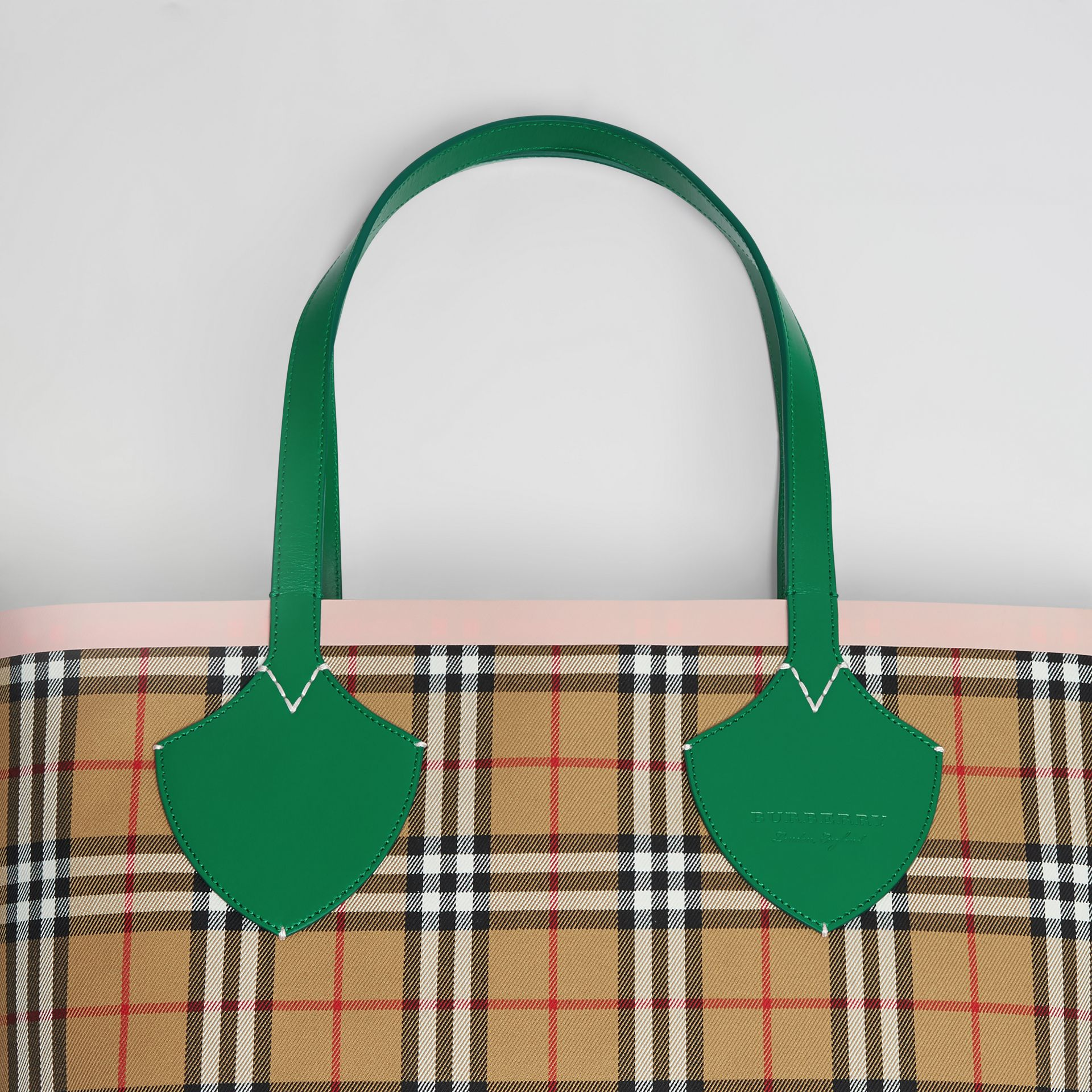 Sac tote The Giant réversible à motif Vintage check (Vert Sombre/abricot Rose) - Femme | Burberry Canada - photo de la galerie 1
