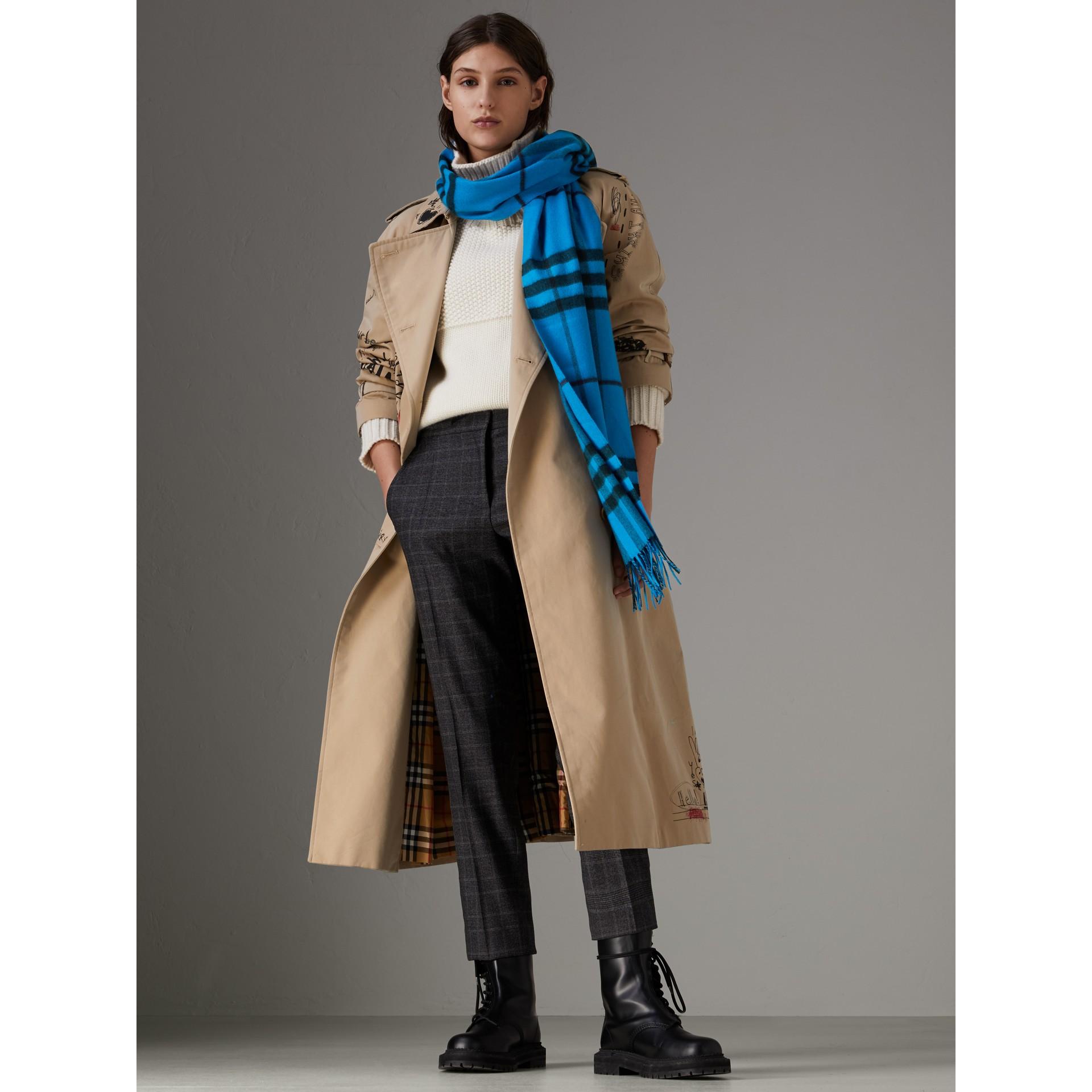 套染特大格紋喀什米爾圍巾 (亮藍色) | Burberry - 圖庫照片 2