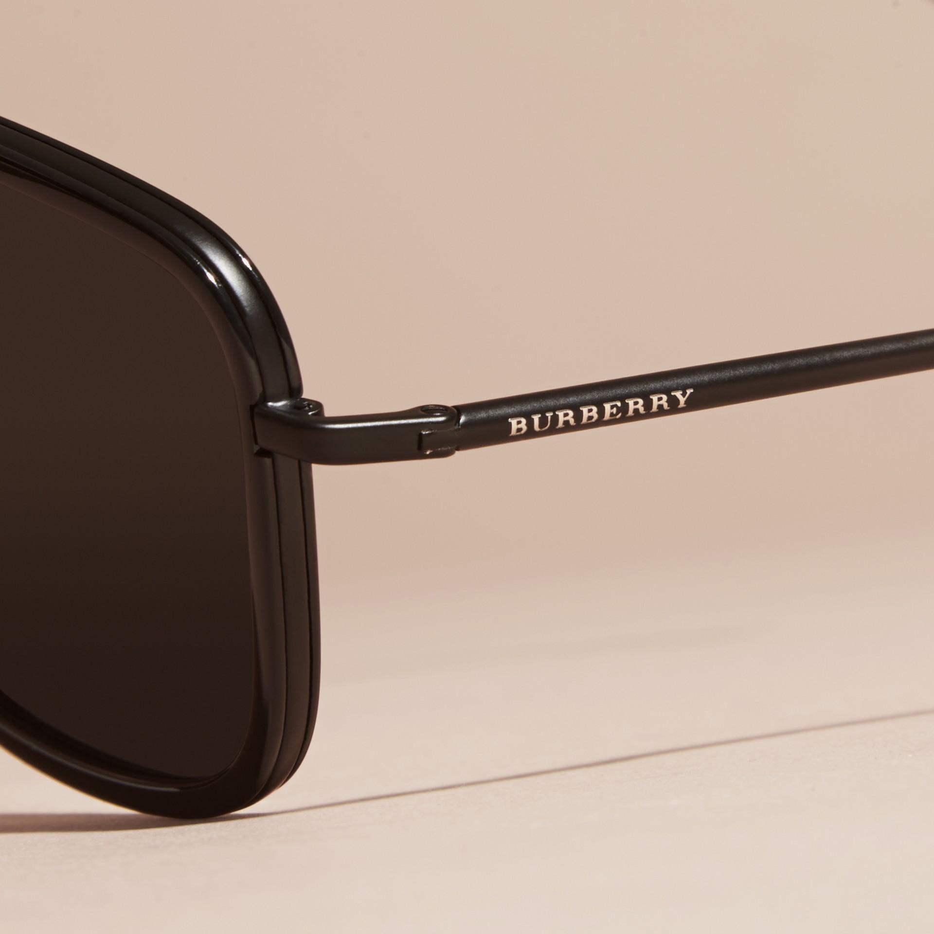 Nero Occhiali da sole con montatura squadrata in acetato e pelle Nero - immagine della galleria 2