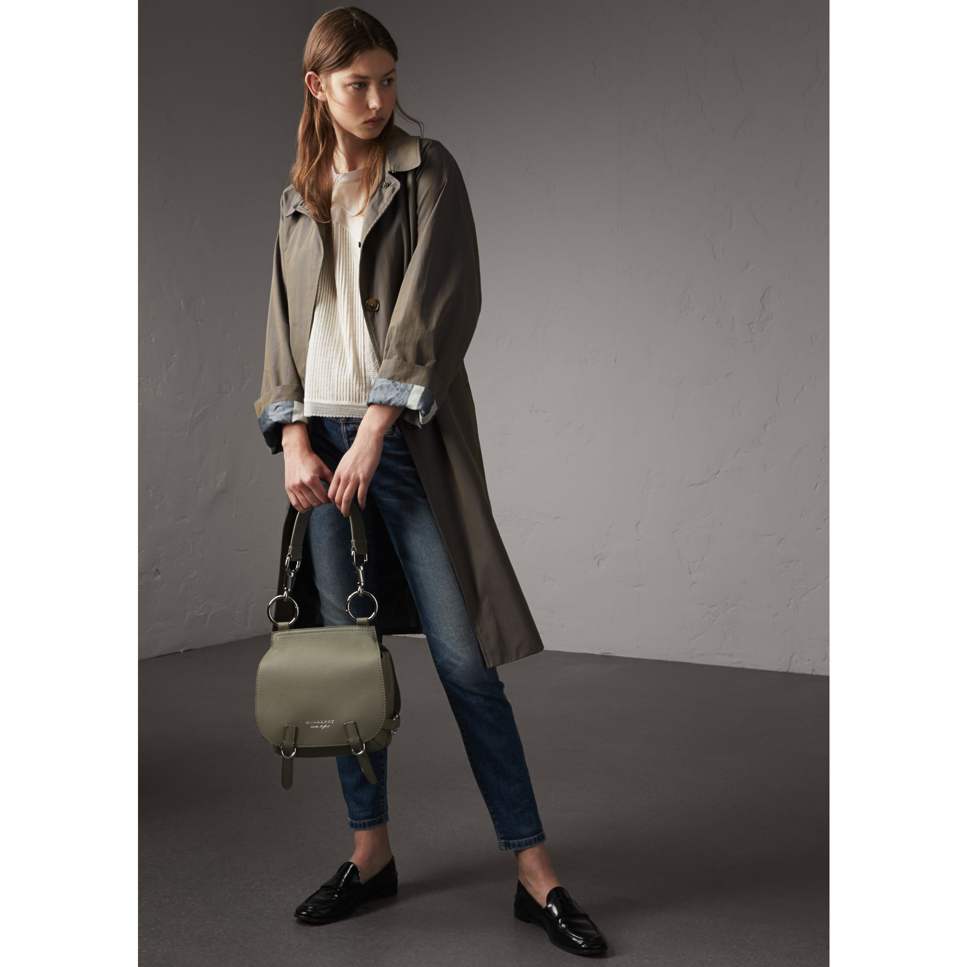 Borsa The Bridle in pelle di cervo (Verde Ardesia) - Donna | Burberry - immagine della galleria 3