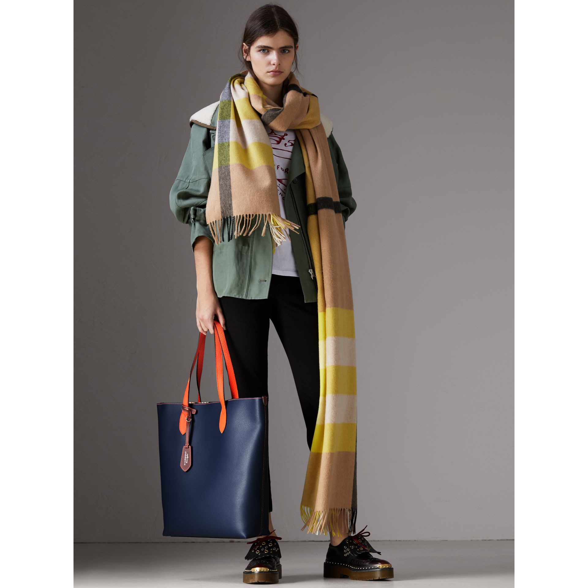 Medium Two-tone Coated Leather Tote in Dark Ultramarine | Burberry United Kingdom - gallery image 2