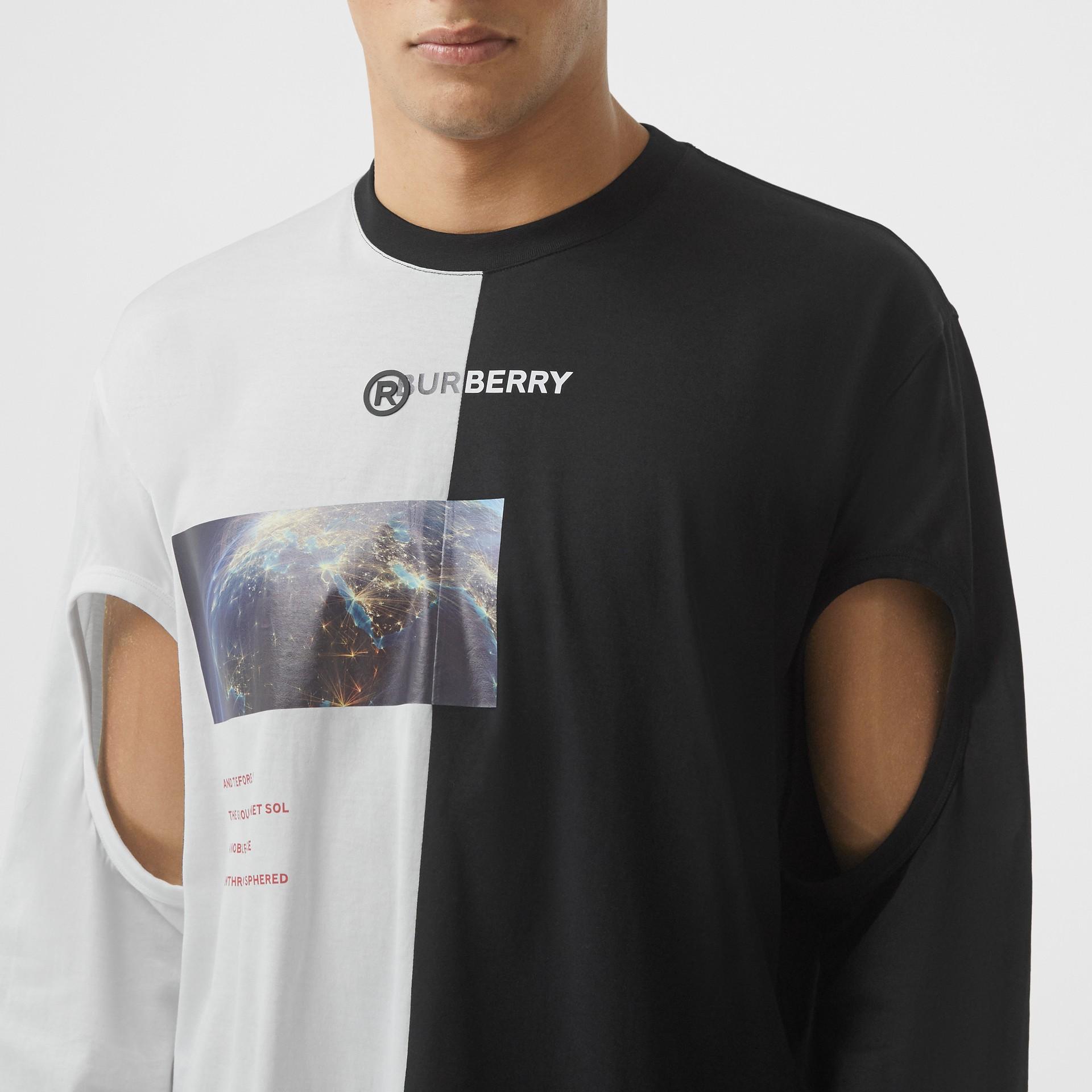 Haut oversize en coton à imprimé montage avec manches à découpes (Noir/blanc) - Homme | Burberry - photo de la galerie 4