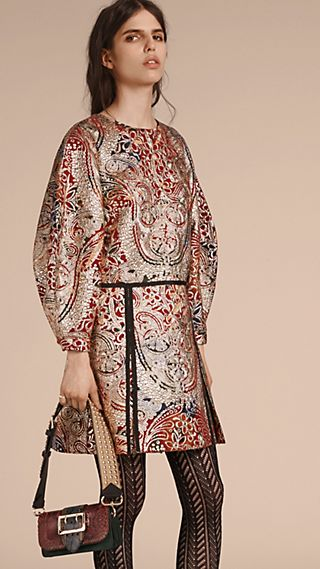 Robe à manches sculpturales avec motif floral métallisé en jacquard